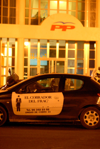 El cobrador del frac a la seu del Partit Popular a València. Fotografia de Carles Domènec.