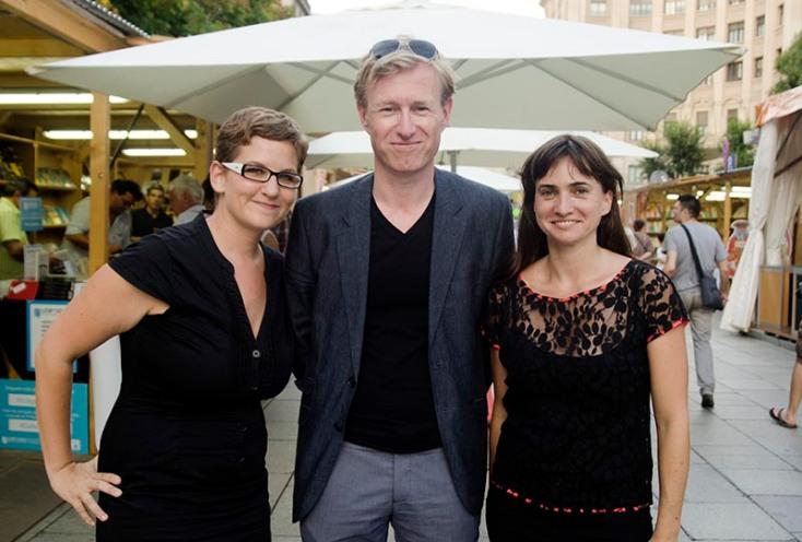L'editora de Raig Verd Laura Huerga, l'escriptor Peter Terrin i la traductora Maria Rosich. Fotografia de Carles Domènec.