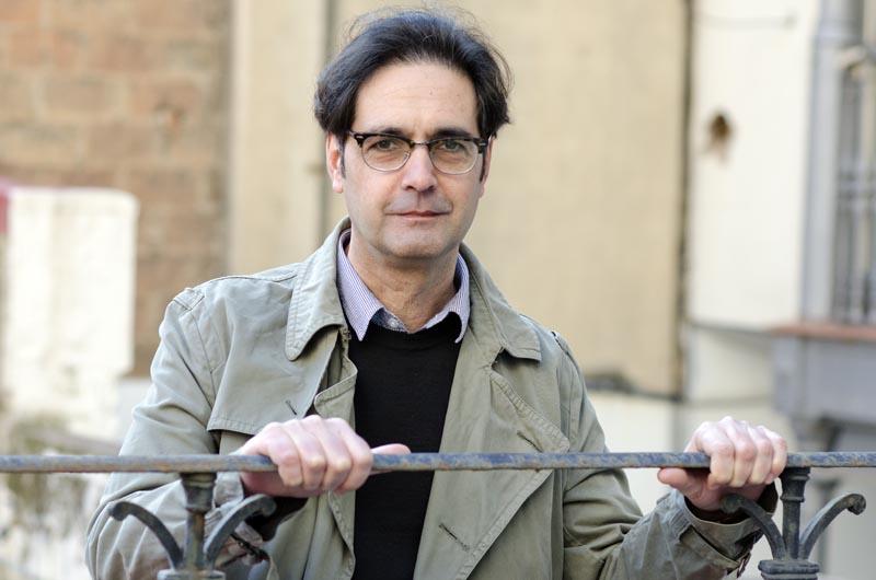 Vicenç Pagès, premi Sant Jordi, a la seu d'Òmnium a Barcelona.