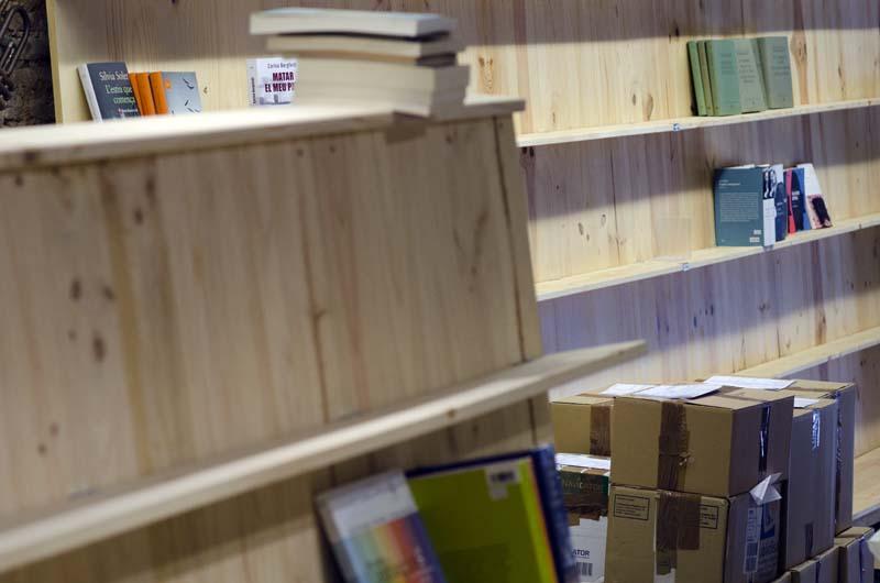 Llibreria Ona, una setmana abans d'obrir a les portes als lectors. Fotografia de Carles Domènec