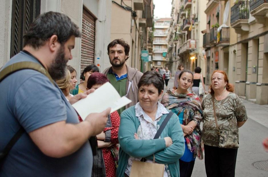 Ruta literària de BEARN, amb Sebastià Bennasar, comentant la façana de la casa de Gironès. Fotografia Carles Domènec