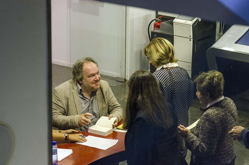 Mathias Énard signant llibres a l'Institut Francès de Barcelona. © Fotografia de Carles Domènec